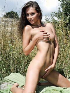 Красивая голая девушка на природе