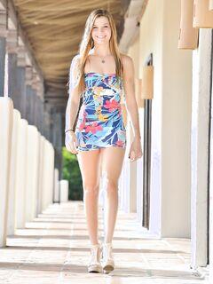 Девушка в коротком платье без трусиков гуляет по улице .