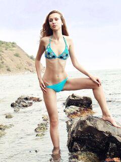 Стройная девушка сняла купальник в море