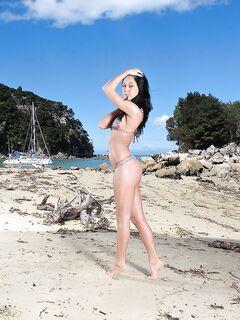 Девушка без трусов раздвинула ноги на пляже
