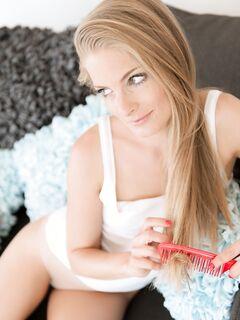 Голая блондинка на диване