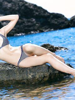 Девушка разделась на пирсе у моря