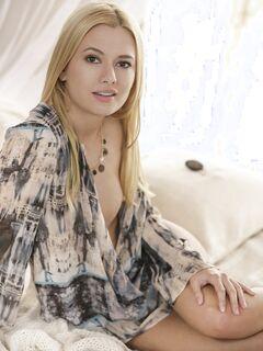 Блондинка ласкает бритую письку в кровати