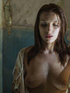 Голая девушка в старом подвале