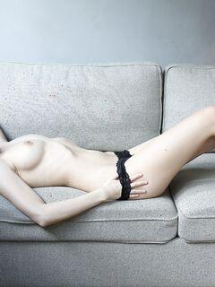 Брюнетка сняла трусики на диване
