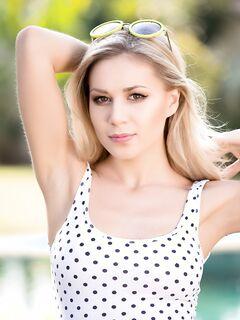 Красивая блондинка в купальникеплейбой.