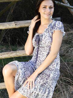 Деревенская брюнетка снимает платье и белые трусики .