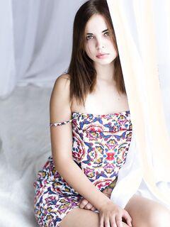 Девушка снимает платье и остаётся голая, фото в постели.