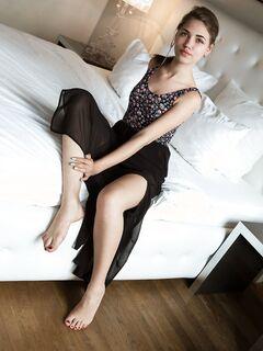 Голая девушка позирует на кровати, красивая