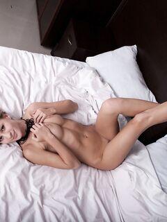 Голая сисястая блондинка в постели