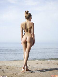 Голая гуляет по нудистскому пляжу
