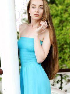 Стройная худышка сняла платье, голая молодая девушка .