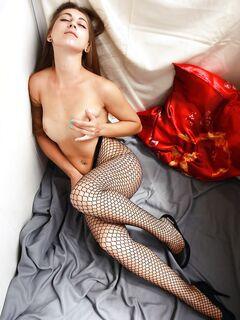 Голая девушка в чулке на тело в сеточку