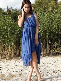 Девушка снимает красивое длинное платье  голой.