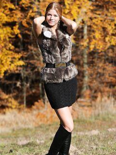 Голая рыжая девушка в осеннем лесу  осень.