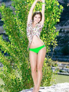 Красивая упругая девушка голая на природе