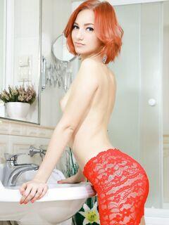 Жопастая рыжая красавица