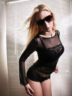 Блондинка с упругими сиськами и попкой