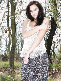 Красивая девушка разделась в лесу