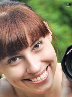 Голая девушка с фотоаппаратом на природе