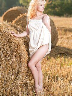 Деревенская блондинка разделась на сеновале