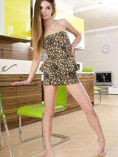 Молодая девушка сняла трусики на кухне