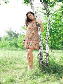 Голая русская девушка на траве под берёзой