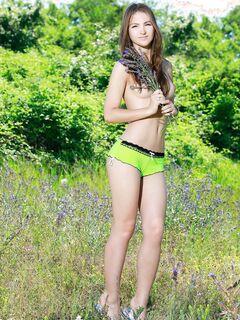 Красивая голая девушка с упругим телом на природе .