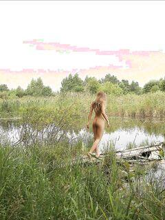 Голая русская девушка на берегу речки