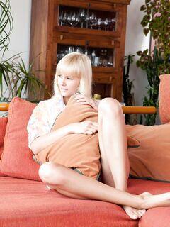 Секс игрушка в розовой киске блондинки