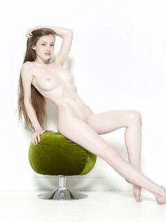 Стройная грудастая девушка голая