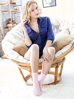 Грудастая голая блондинка в носках