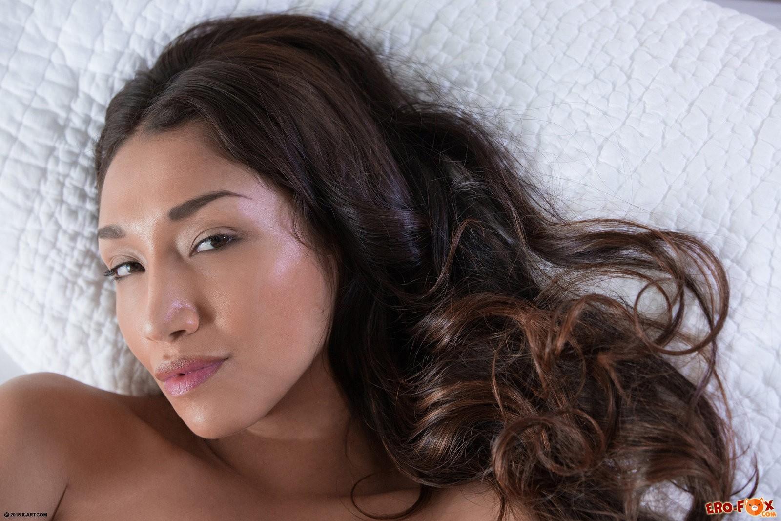 Аппетитная азиатка играет с киской в постели