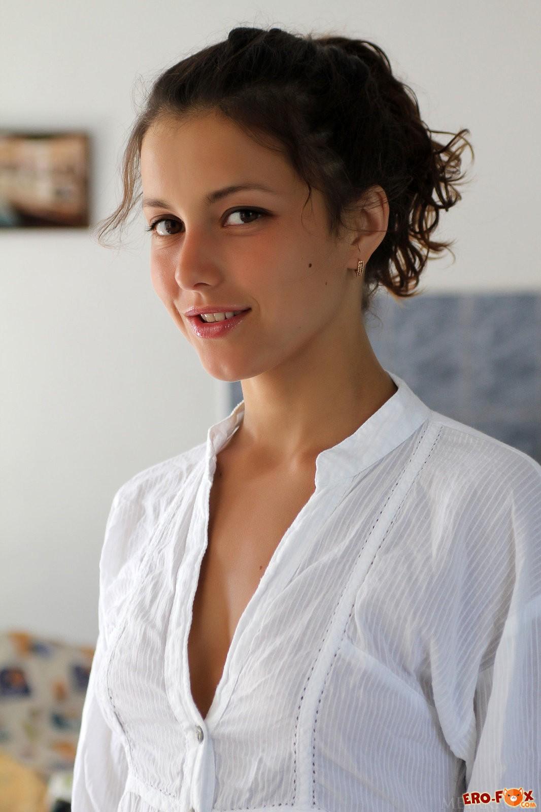 Молодая девушка голая и упругая