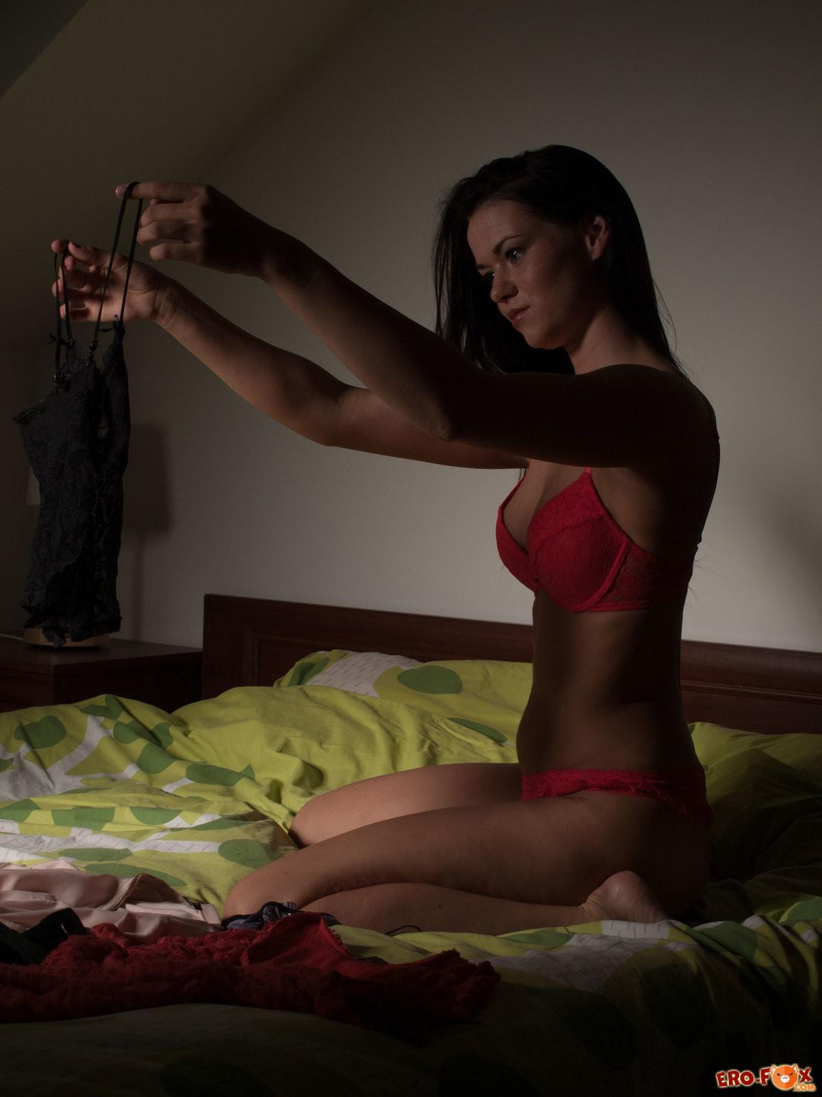 Девушка мастурбирует перед сном в кровати