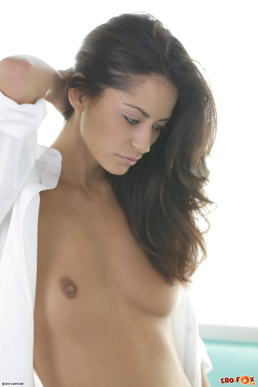 Девушка снимает рубашку и остаётся голая