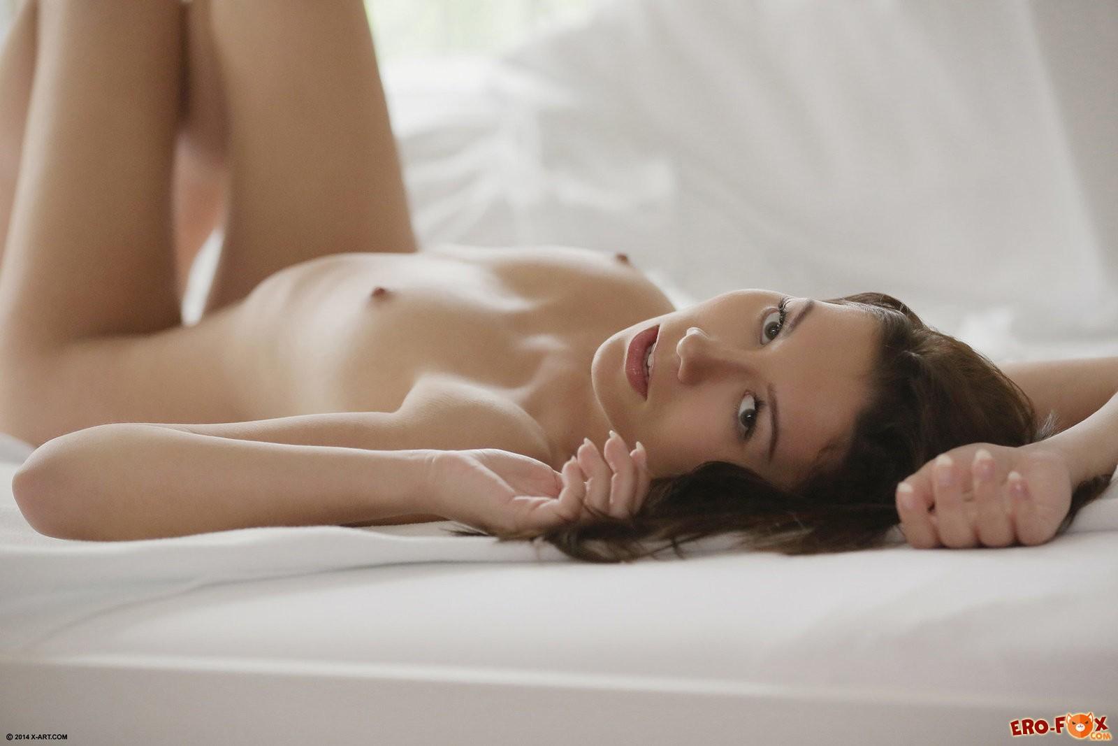 Голая подтянутая девуша в постели