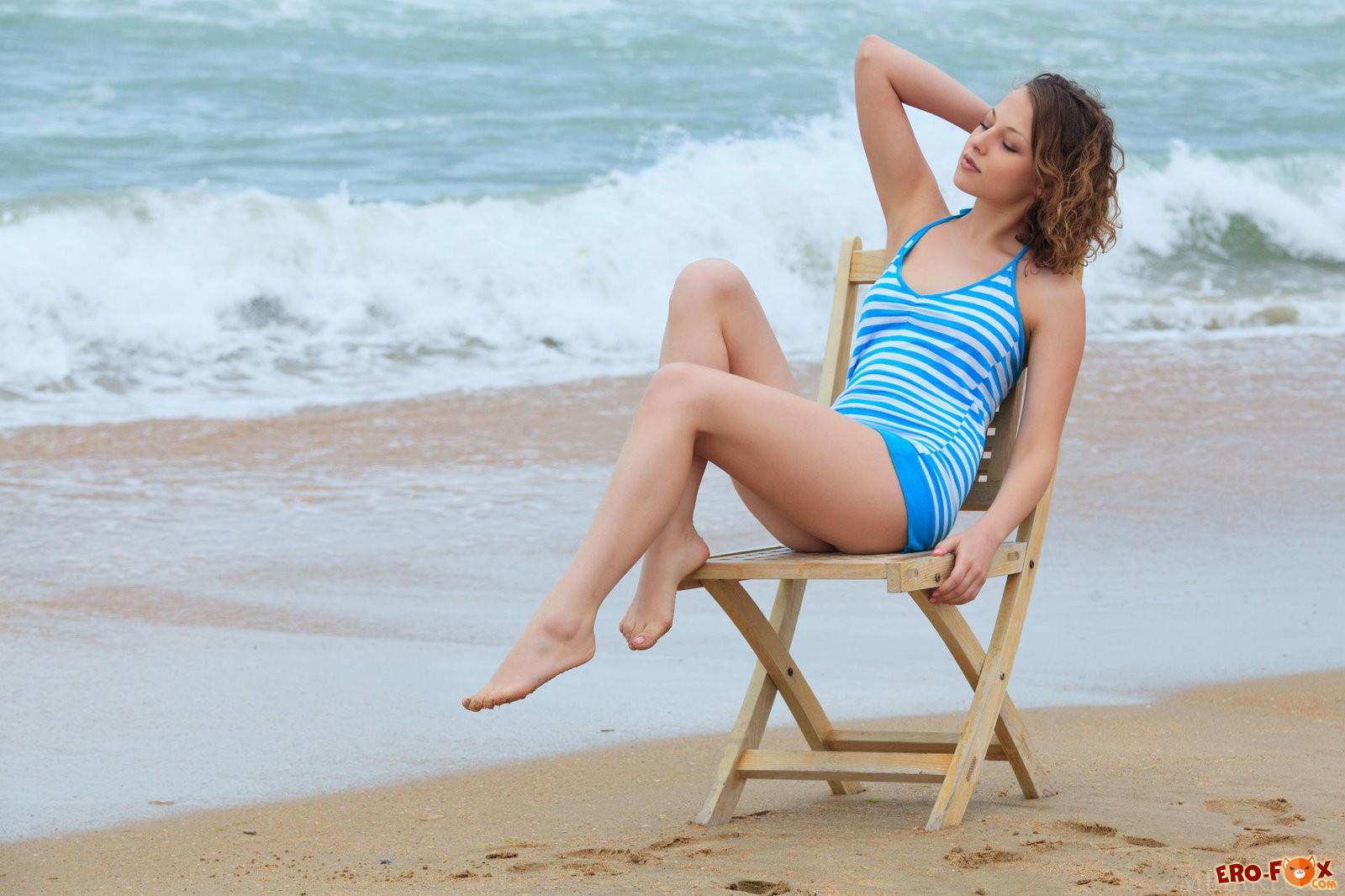 Голая девушка на пляже в Крымусмотреть ню фото эротику.