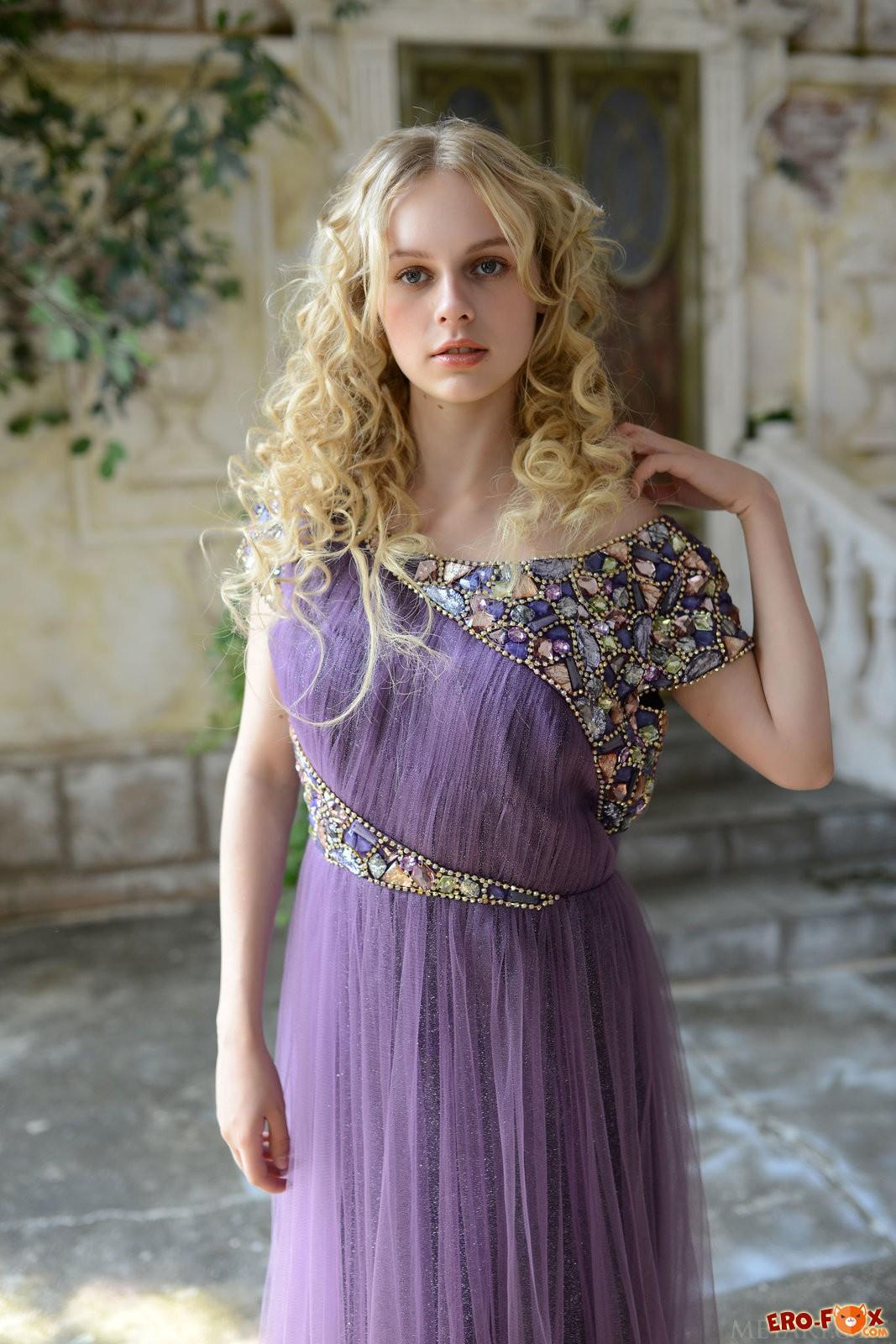 Красивая молодая девушка снимает красивое платье