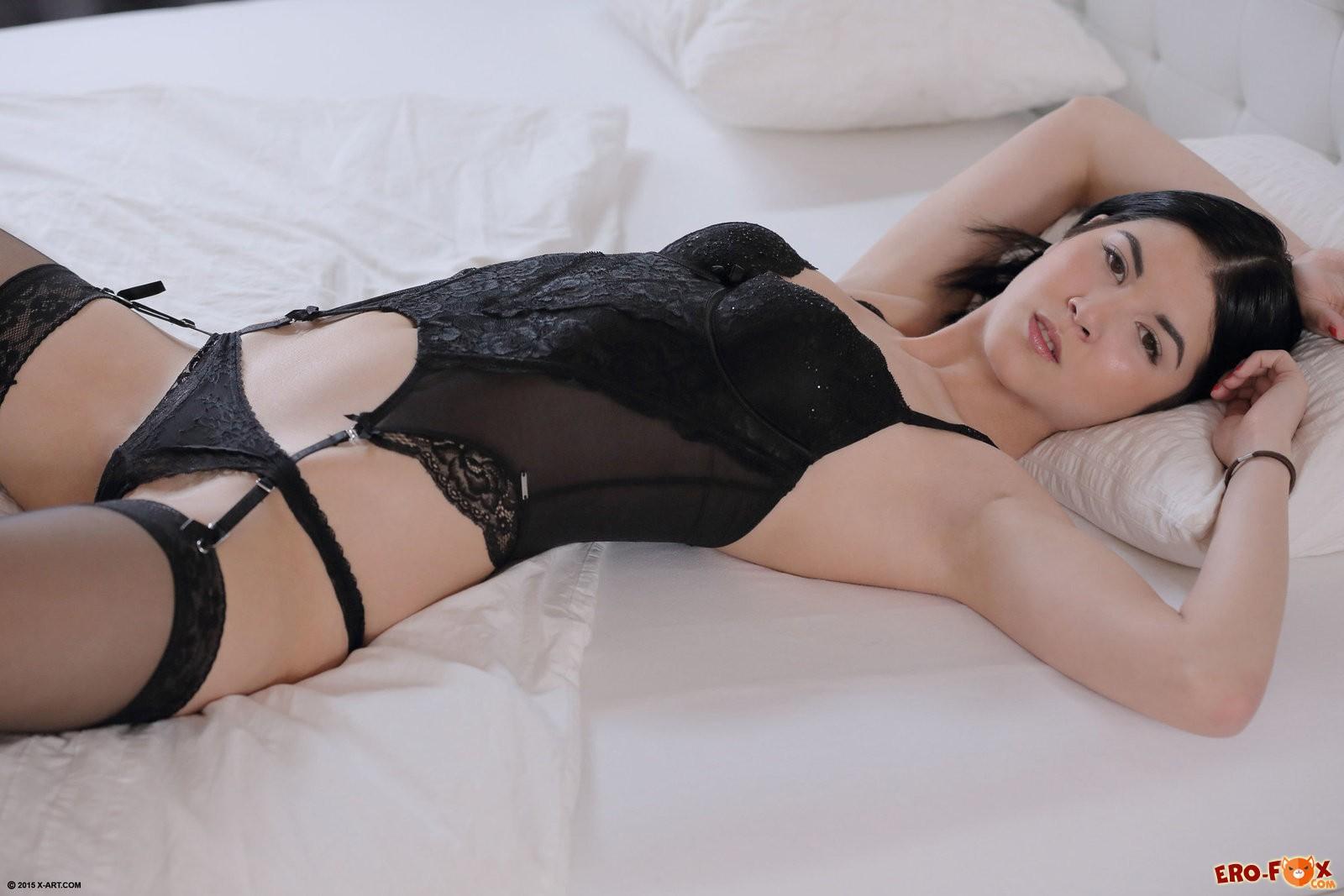 Азиатка в чулках сняла трусики в постели