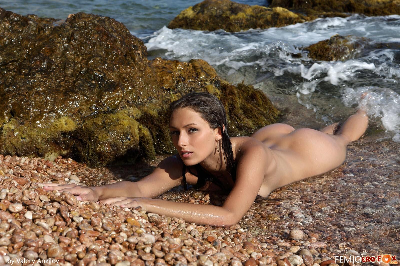 Голая женщина на диком пляже