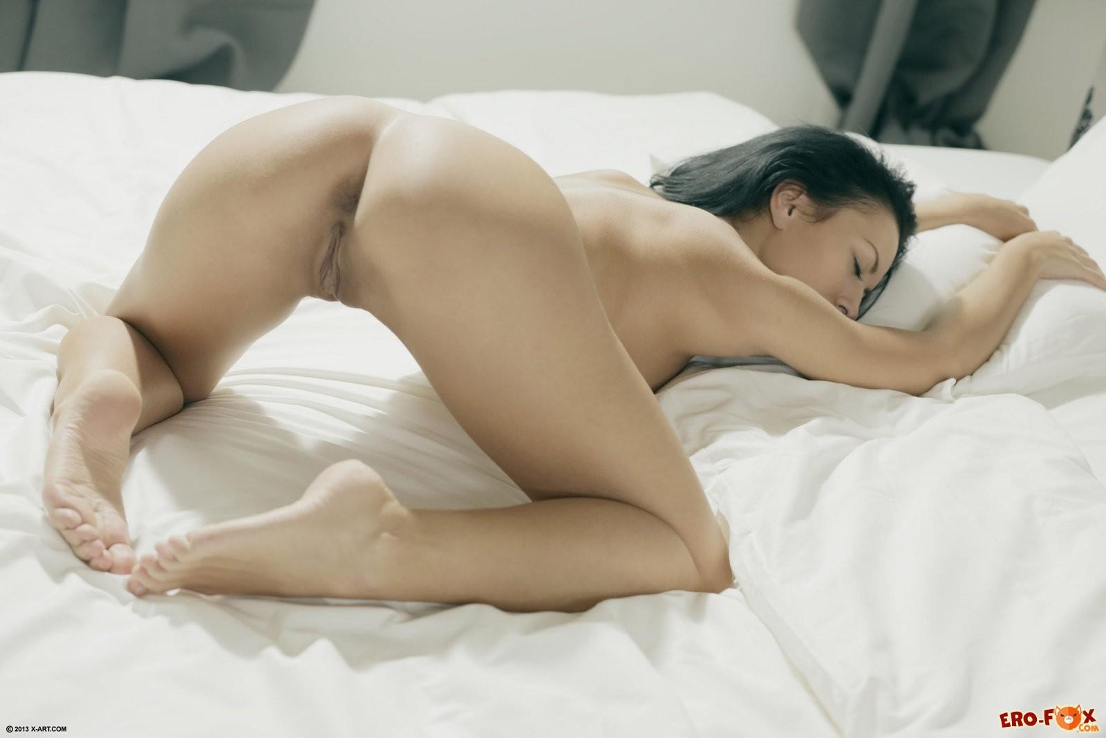 Страстная брюнетка разделась в постели и встала раком