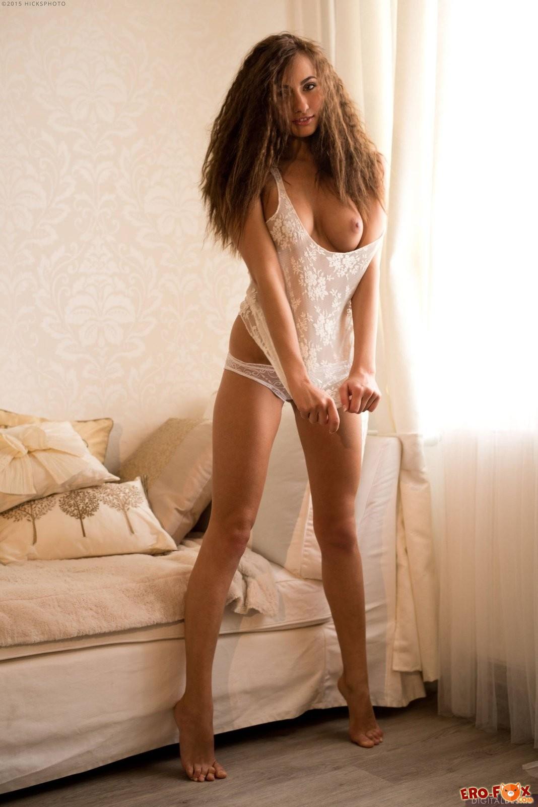 Красотка сняла сексуальное белое бельё