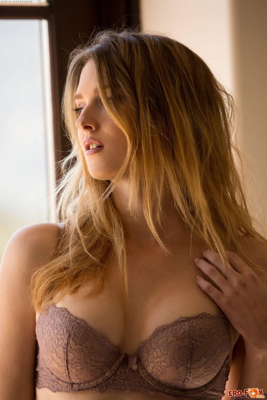 Девушка с красивой упругой попкой  грудью