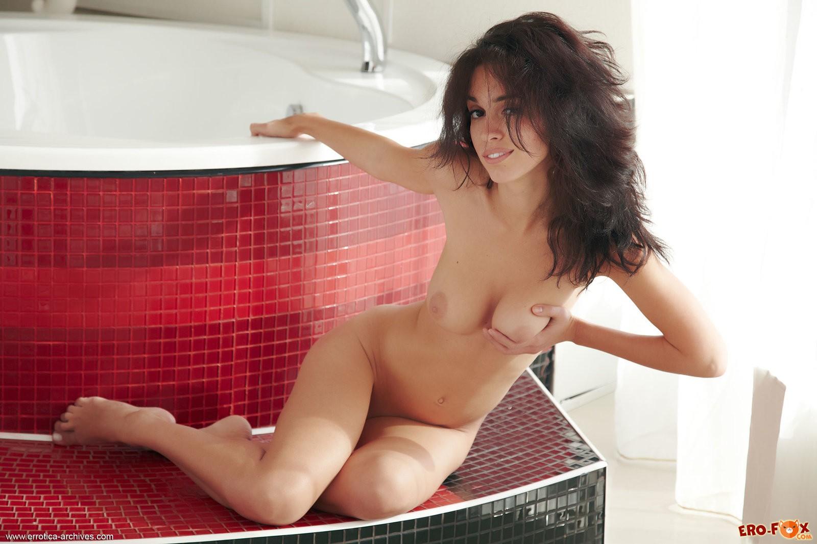 Голая брюнетка в ванной комнате