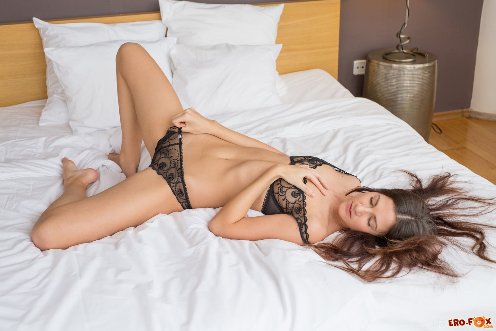 Красивая девушка снимает трусики и лифчик в постели