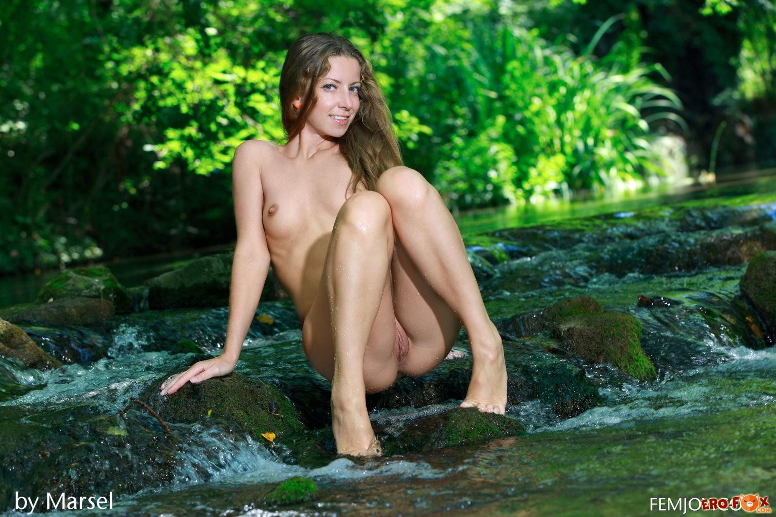 Голая девушка на речке в лесу