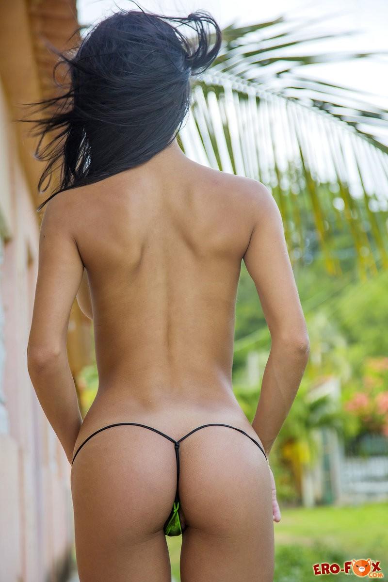 Красивая голая испанка сняла купальник