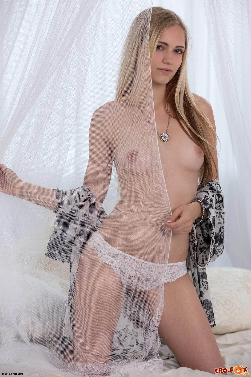Красивая голя девушка в постели ласкает письку