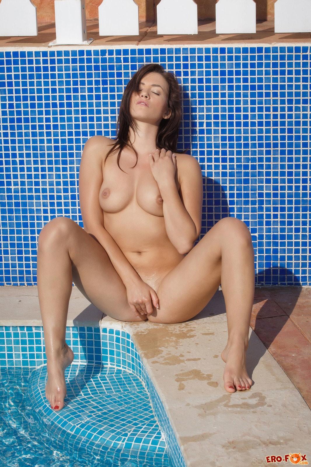 Горячая девушка сняла купальник на шезлонге